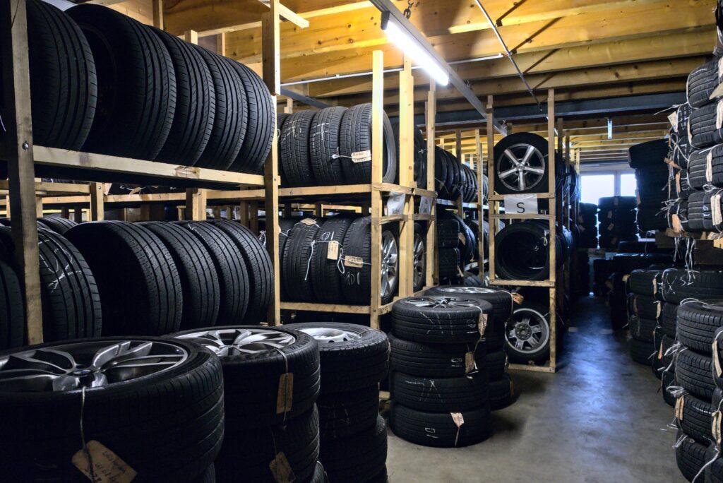 eingelagerte Reifen im Reifenhotel
